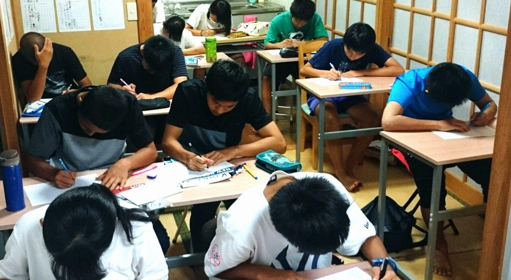 中学生クラスの授業風景の画像