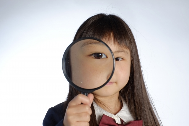 虫眼鏡の女の子の画像